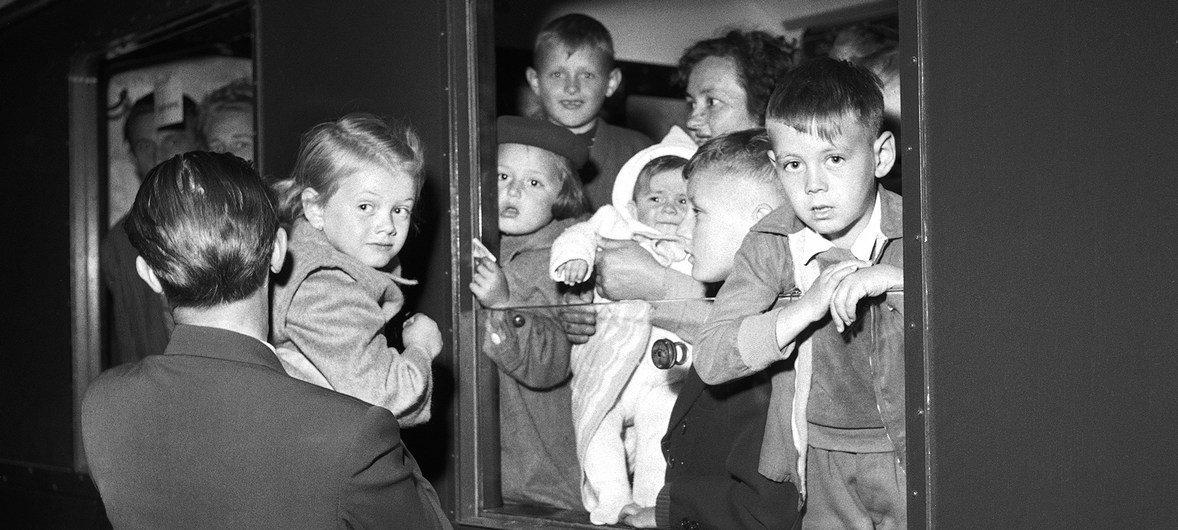 Refugiados europeos de camino a Suecia llegan en tren a Copenhague procedentes de los campos de Austria e Italia.Estos refugiados participaron en un programa especial de reasentamiento para familias de refugiados con uno o más miembros con discapacidades