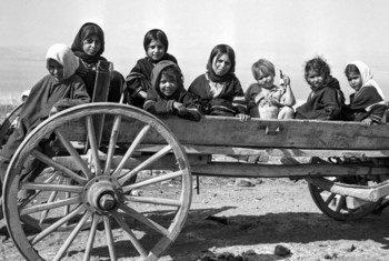 इजरायल-सीरियाई सीमा पर संयुक्त राष्ट्र के विमुद्रीकृत क्षेत्र में स्थित तिबरियास (सी ऑफ़ गैलिली) पर फलस्तीनी शरणार्थी बच्चे. तिबरियास, इज़राइल। c.1950