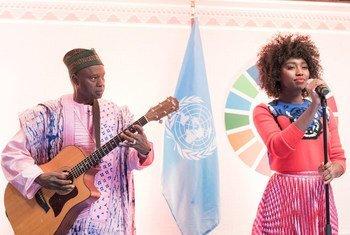 Inna Modja, do Mali, canta durante o evento.