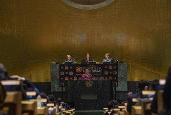 """曼德拉夫人格拉萨·马谢尔(中)在联合国大会举行的""""纳尔逊·曼德拉和平峰会""""上致辞。"""