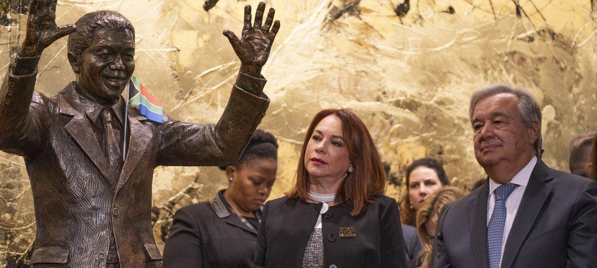 Председатель 73-й сессии Генассамблеи ООН Мария Фернанда Эспиноса также приняла участие в церемонии открытия памятника Нельсону Манделе.