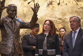 Muonekano wa sanamu ya hayati mzee Nelson Mandela iliyozinduliwa leo kwenye makao makuu ya UN jijini New York, Marekani