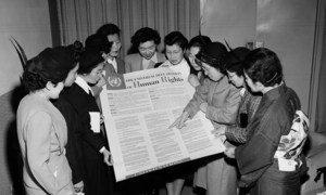 फ़रवरी 1950 में लेक सक्सैस में संयुक्त राष्ट्र के अंतरिम मुख्यालय में जापानी महिलाओं का एक दल सार्वभौमिक मानवाधिकार घोषणा-पत्र का अवलोकन करते हुए.
