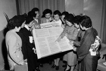 Un grupo de mujeres japonesas observa la Declaración Universal de Derechos Humanos durante una visita a la sede provisional de las Naciones Unidas en Lake Success en febrero de 1950.