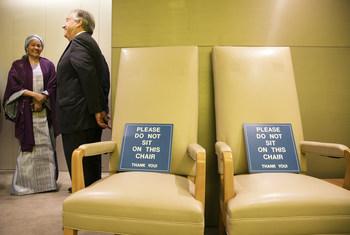 La vicesecretaria general Amina Mohamed y António Guterres, el Secretario General, en la sala GA 200, donde los presidentes esperan antes de intervenir ante la Asamblea General