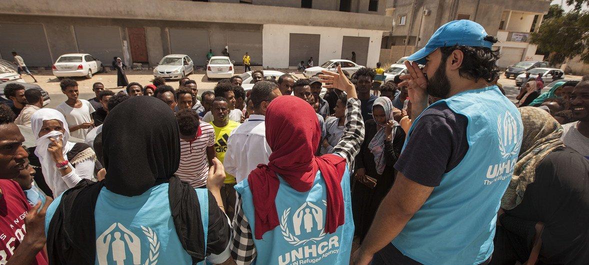 Wafanyakazi wa UNHCR wakikitoa msaada kwa wakimbizi na waomba hifadhi baada ya mapigano kuibuka tena nchini Libya.