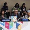 Tedros Adhanom Ghebreyesus (au centre), directeur général de l'Organisation mondiale de la santé (OMS), prend la parole lors de la toute première réunion de haut niveau sur la lutte contre la tuberculose. Il est accompagné de Veronika Skvortsova (à gauche