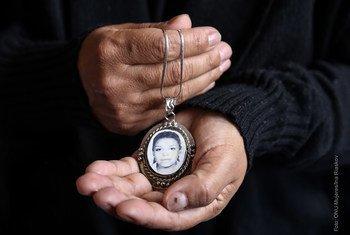 No México, mãe guarda foto da filha que foi assassinada.