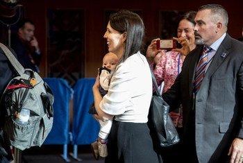 رئيسة وزراء نيوزيلندا جاسيندا أرديرن تحمل طفلتها نيف، بين اجتماعات المداولات العامة رفيعة المستوى للجمعية العامة للأمم المتحدة. 27 سبتمبر 2018.