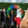 Participantes de la Asamblea General posan en frente del emblema de los Objetivos de Desarrollo Sostenible.