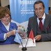 Louise Arbour, Représentante spéciale du Secrétaire général pour les migrations internationales, et Omar Hilale, Représentant permanent du Royaume du Maroc auprès des Nations Unies, signent le Pacte mondial pour une migration sûre, ordonnée et régulière
