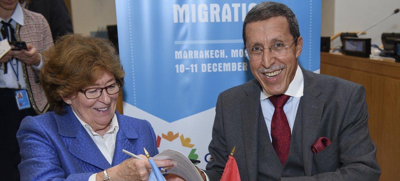 अंतरराष्ट्रीय प्रवासन के लिए संयुक्त राष्ट्र की विशेष प्रतिनिधि लुई आर्बर और संयुक्त राष्ट्र में मोरक्को के स्थाई दूत उमर हिलाल ने ग्लोबल कॉम्पैक्ट पर दस्तख़त किए.