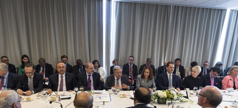 الأمين العام، ورئيسة الجمعية العامة والمفوض العام للأونروا وعدد من ممثلي الدول الأعضاء خلال الاجتماع الوزاري رفيع المستوى الذي عقد على هامش مداولات الجمعية العامة، بشأن تمويل الأونروا.