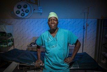 Dr. Atar na sua sala de operações no Hospital de Bunj, no Sudão do Sul.