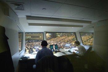 Переводчики-синхронисты работают на заседании Генарльной Ассмблеи ООН