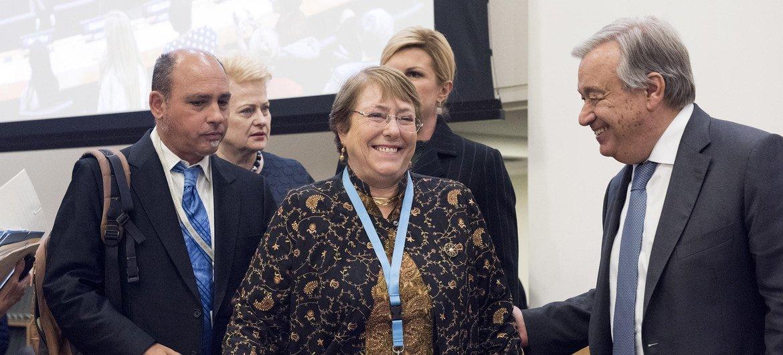 联合国秘书长古特雷斯(右)与联合国人权高专巴切莱特(中)出席一场聚焦通过女性赋权促进经济发展的活动。