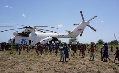 Un helicóptero del Programa Mundial de Alimentos (PMA) entregando suministros a la población de Udier, en Sudán del Sur.