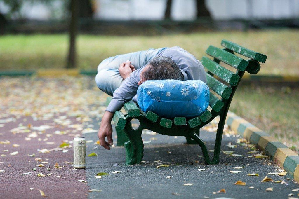 在俄罗斯莫斯科的一个公园里,一个醉酒的男人在长椅上昏睡。