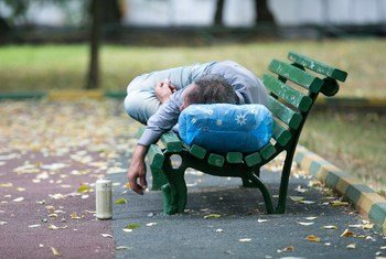 رجل مخمور ينام في حديقة بالعاصمة الروسية موسكو.