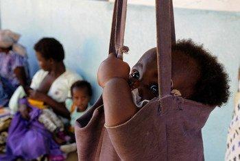 Un nourrisson qui a été traité pour malnutrition à l'unité de rééducation nutritionnelle (NRU) du centre de santé de Kankao, dans le district de Balaka, au Malawi, est à nouveau pesé.