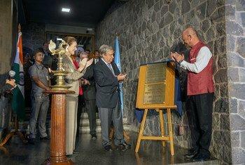 联合国秘书长古特雷斯(中)为位于新德里的联合国驻印度办事处新翻修馆舍剪裁。