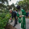 El Secretario General, António Guterres, planta y riega un árbol en la  casa de la ONU en Nueva Delhi