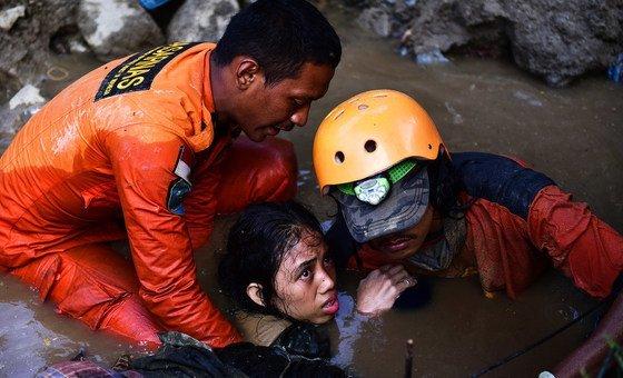 Pelo menos 844 pessoas morreram após terremoto e tsunami ocorridos na Indonésia