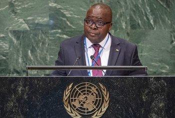 Le Représentant permanent du Gabon auprès des Nations Unies, Michel Biang, devant l'Assemblée générale des Nations Unies.