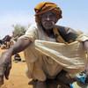 Mzee Haron Jumma Bahar mwenye umri wa miaka 70 ambaye alikimbia kijiji cha Kobe akiwa karibu na kituo cha UNAMID kijijini Korma, Kaskazini mwa Darfur.