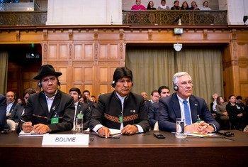 El presidente de Bolivia, Evo Morales, escucha el fallo de la Corte Internacional de Justicia sobre la obligación de Chile de negociar el acceso de este país al mar.
