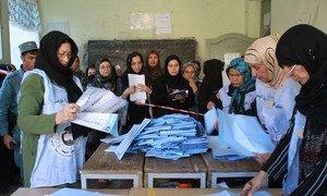 Le personnel électoral de la Commission électorale indépendante (CEI) ouvre les urnes pour le dépouillement à Herat (Afghanistan), le 18 septembre 2010 (archive).