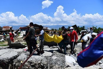 On 30 September 2018 in Indonesia, residents evacuate victims who died during the Palu earthquake at the Balaroa National Park, West Palu, Central Sulawesi, after the earthquake and tsunami that struck Sulawesi on September 28.