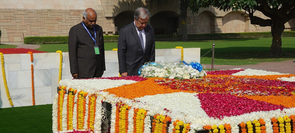 The UN Secretary-General António Guterres (r) pays tribute to Mahatma Gandhi at the Raj Ghat memorial in New Delhi on 2 October 2018 to mark the beginning of the celebrations of his 150th birthday.