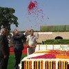 El Secretario General de las Naciones Unidas, António Guterres (centro), rinde homenaje a Mahatma Gandhi en el monumento a Raj Ghat, en Nueva Delhi, el 2 de octubre de 2018, con motivo del inicio de las celebraciones de su 150º aniversario.