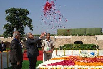 महासचिव एंतॉनियो गुटेरेश ने 2 अक्तूबर 2018 को महात्मा गांधी के जन्म दिवस पर नई दिल्ली के राजघाट स्थित उनकी समाधि पर श्रद्धा सुमन अर्पित किए.
