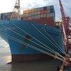 Грузовое судно в порту Нингбо в Китае.
