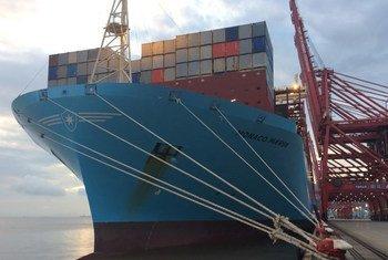 Barco de carga en el puerto de Ningbo, China.