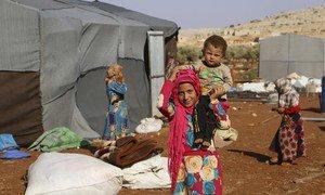 Около 400 семей нашли убежище в лагере, расположенном к северу от Идлиба в Сирии.