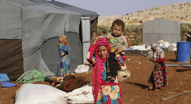 Unas 400 familias se han asentado en un campamento improvisado en Idlib, Siria, tras huir de la violencia en septiembre de 2018