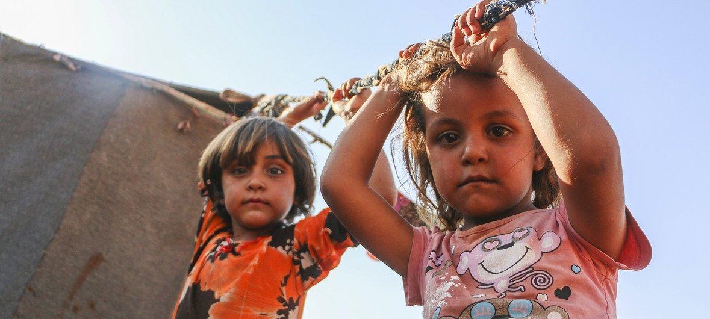 Hay niños entre las más de 400 familias que han huido a un campamiento improvisado al norte de Idlib, Siria.