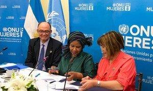 La directora ejecutiva de ONU Mujeres, Phumzile Mlambo-Ngcuka, junto al Coordinador Residente de la ONU en Argentina y la Directora Ejecutiva del Instituto Nacional de la Mujer.