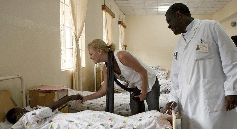 سفيرة السلام للأمم المتحدة، الممثلة والمنتجة، تشارليز ثيرون، خلال إحدى زياراتها إلى مستشفى في جمهورية الكونغو الديمقراطية في 2009.