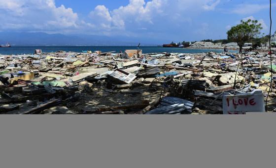 بقايا منزل دمره التسونامي والزلزال اللذان ضربا جزيرة سولاويزي في إندونيسيا