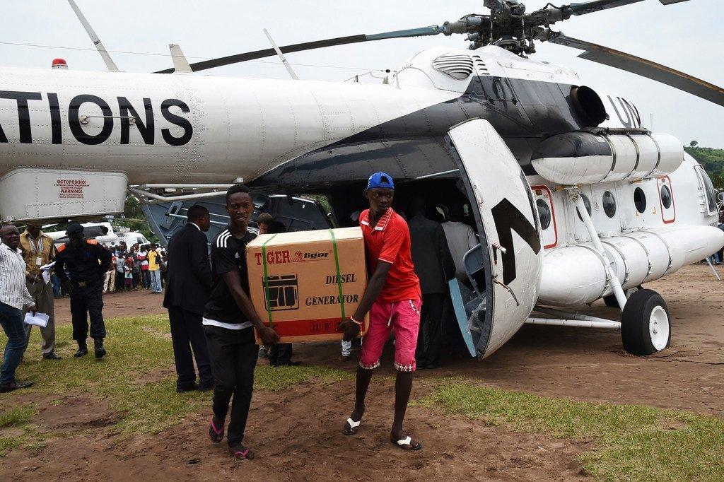 La mission de maintien de la paix des Nations Unies en RDC a fourni une assistance au processus électoral. En mars 2017, un groupe électrogène est déchargé d'un hélicoptère de l'ONU à Popokabaka, dans le sud-ouest du Congo.
