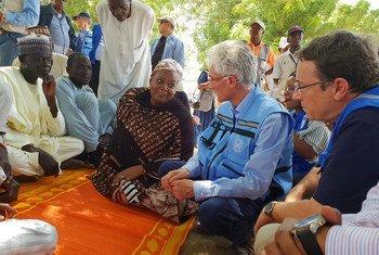Steiner e Lowcock em Banki, no estado de Borno.