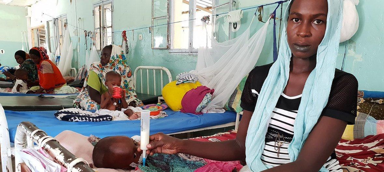 Des femmes hospitalisées à N'Djamena, au Tchad, s'occupent de leurs enfants souffrant de malnutrition. (7 octobre 2018)