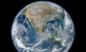 La Tierra, una imagen creada a través de fotografías tomadas por el satélite Suomi NPP.
