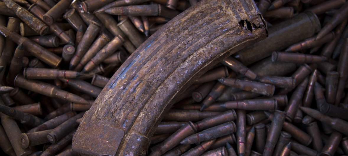Des munitions pour armes légères et autres munitions non explosées attendent d'être entreposées dans un lieu sûr au Mali avant leur élimination en toute sécurité.