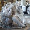 Escultura de la exposición Cyber Cocoon Kids. Los artistas Kevin Wang y Xie Long la crearon para representar el aislamiento potencial que les puede ocurrir a los niños cuando habitan en un mundo cibernético que los padres no entienden completamente.