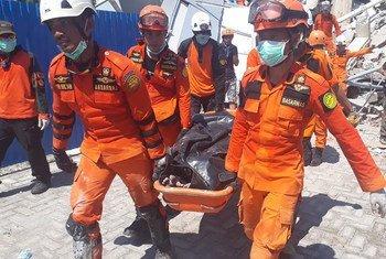 Equipa de resgate em Sulawesi, na Indonésia, onde aconteceu um terremoto em setembro de 2018.